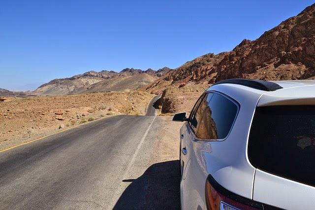 砂漠をドライブの画像