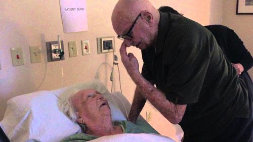Kakek Ini Bernyanyi untuk Istrinya yang Sekarat