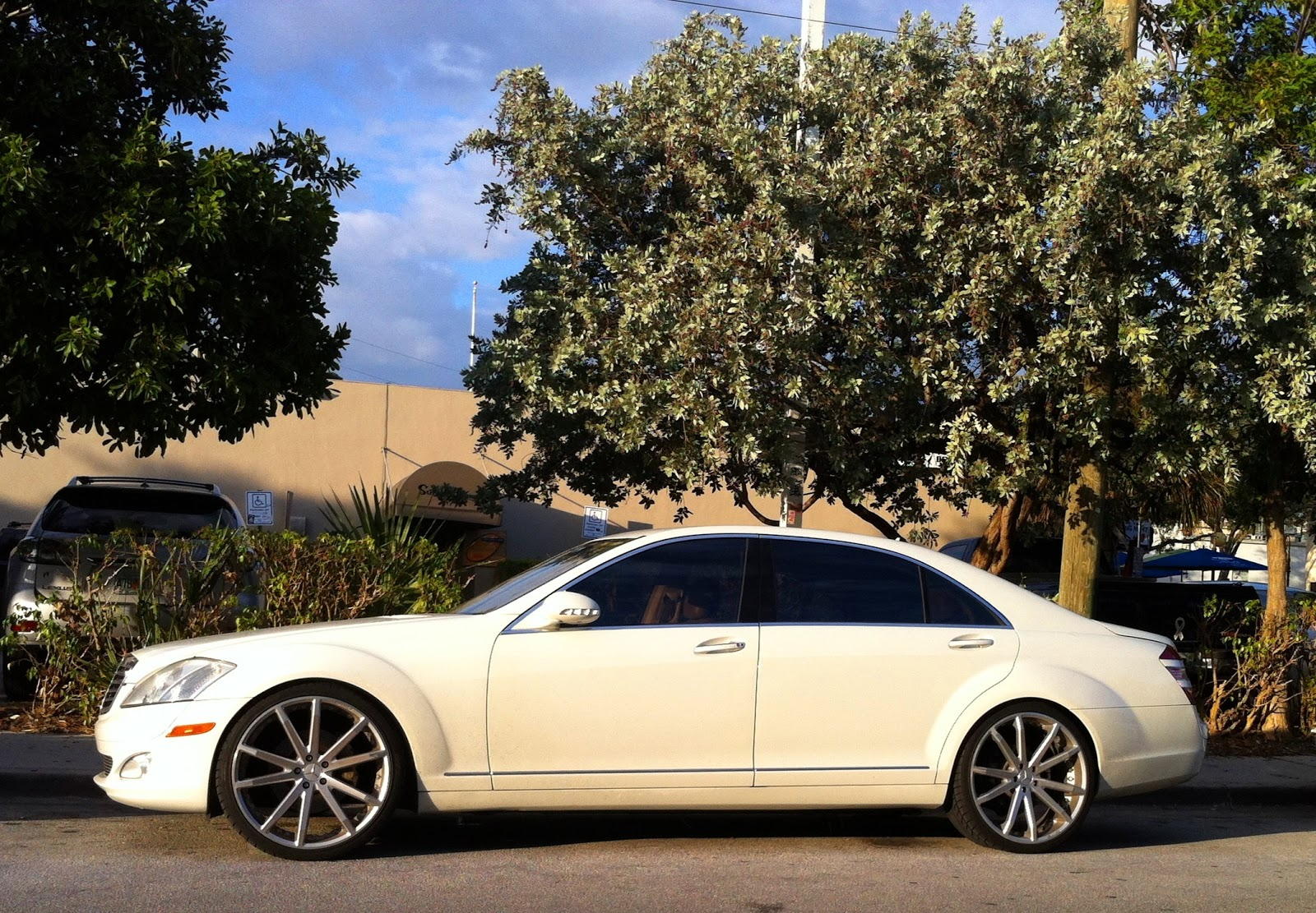 White mercedes s550 with custom rims exotic cars on the for Custom mercedes benz s550