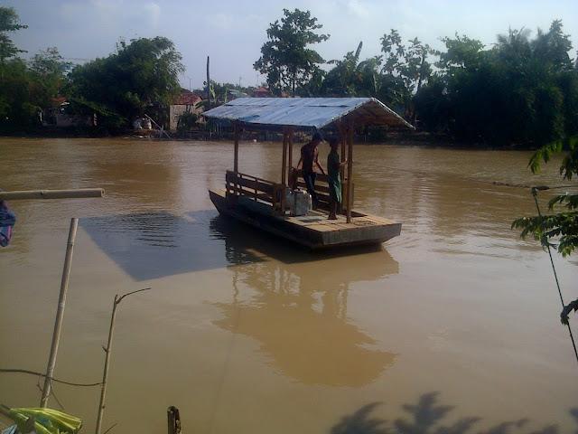 Foto : Perahu eretan yang melintasi Kali Bekasi dari RW 01 Kampung Pangkalan Bambu, Kelurahan Margajaya ke RW 026 Kampung Bekasi Jati, Kelurahan Margahayu