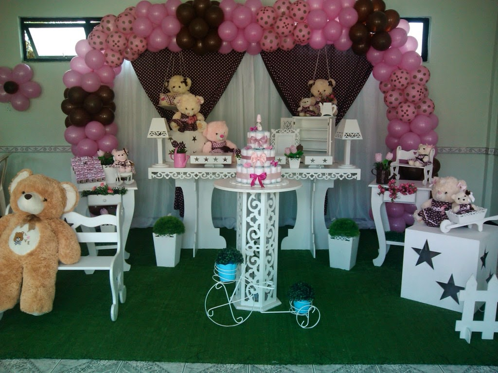 Ursos rosa e marrom com mesa provençal