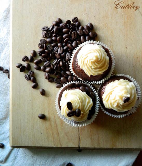 Čokoládové cupcakes s kávovým krémom