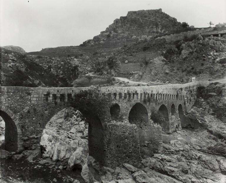 Αρκαδία, η παλιά γέφυρα της Καρύταινας, 1923, από το ταξίδι του Thomas Whittemore στην Ελλάδα.