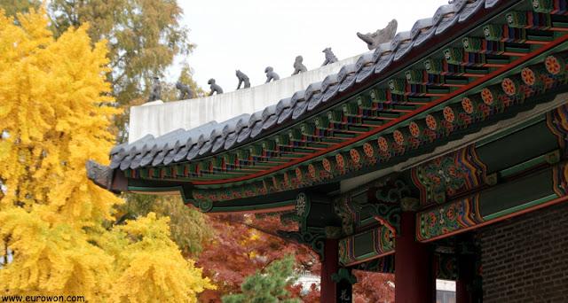Figuritas protectoras en el tejado del santuario Dongmyo