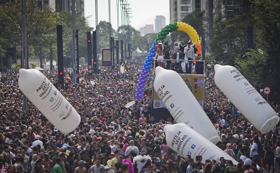 Avenida Paulista (centro de SP) recebe público da Parada, neste ano o tema é 'Homofobia tem cura: educação e criminalização!' (Foto: Gabo Morales/Folhapress)