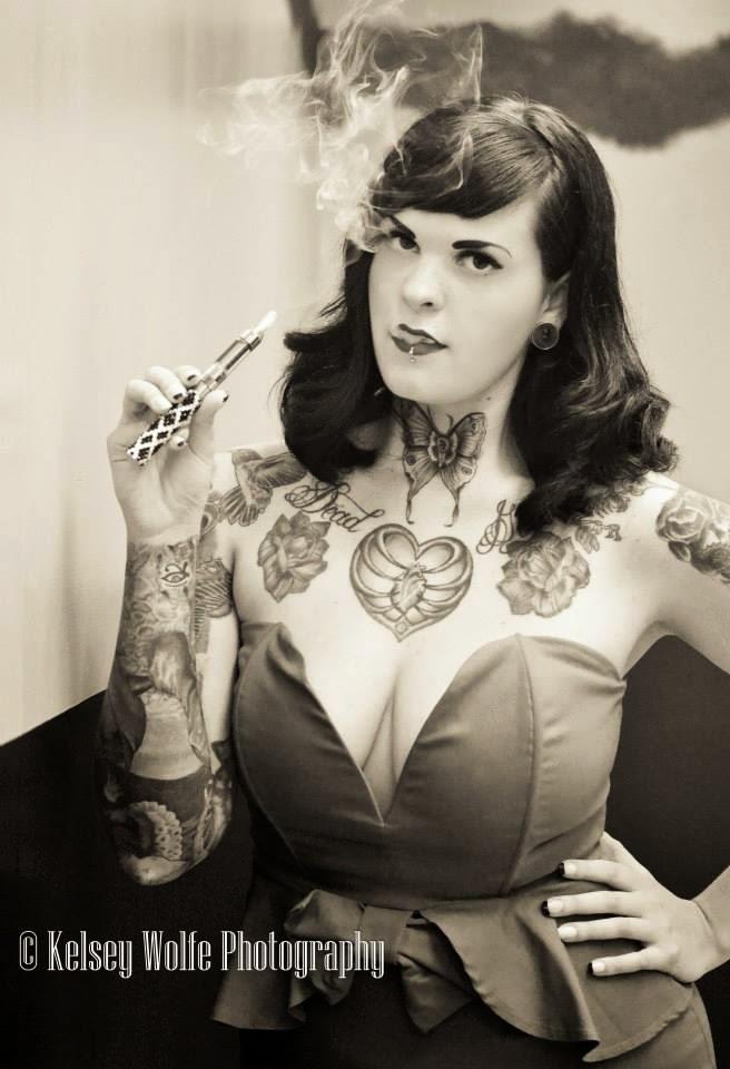 Sarah Claxton, modele alternatif faisant la promo de la vape