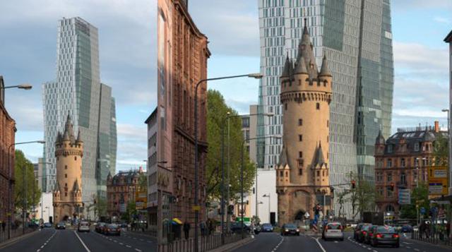 Antigua torre de hace 600 años en la parte frontal de un moderno rascacielos