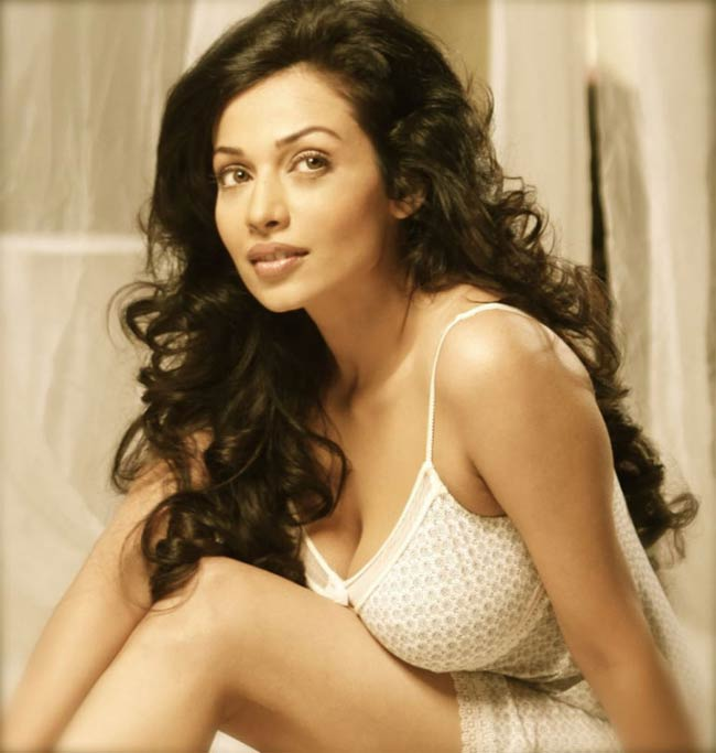 Flora Saini Hot Milky Cleavage And Sexy Thighs Exposed