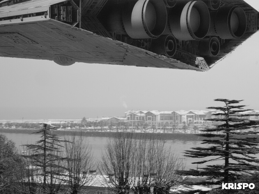 imagen en blanco y negro de una nave de Star Wars en el cielo de Hondarribia