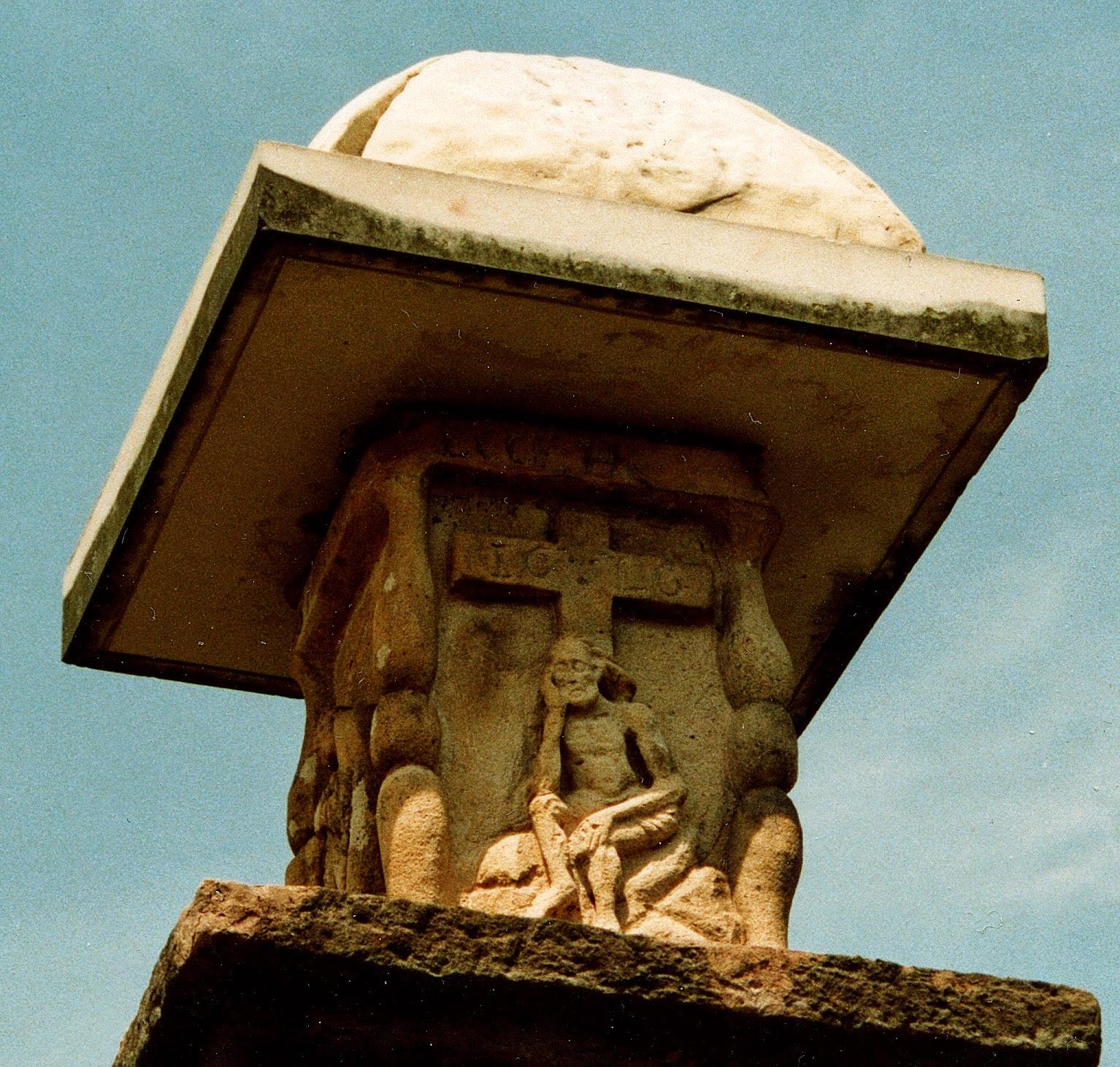 Radoszyce. Nad cmentarzem katolickim w Radoszycach króluje: dawna figura przydrożna z 1620 roku w formie kamiennej kolumny dźwigającej wydatnie ogzymsowaną kapliczkę z płaskorzeźbami Matki Boskiej, Ukrzyżowania, św. Jana i Chrystusa Frasobliwego pod krzyżem. To jedna z najpiękniejszych kapliczek naszego regionu. Foto. KW.
