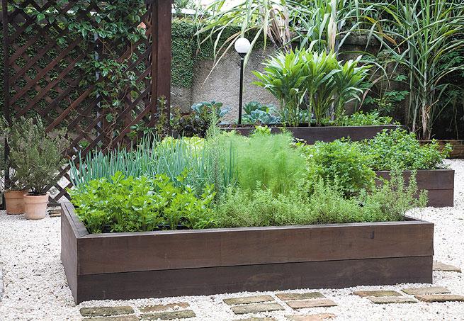 mini jardim de temperos : mini jardim de temperos:Canteiros em caixas de madeira. Fonte: revista Casa e Jardim