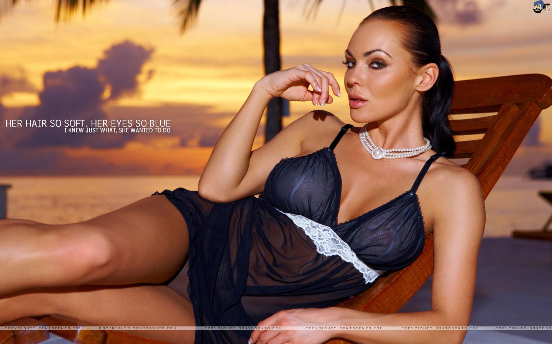 girls top hd screensavers: beach babes wallpaper