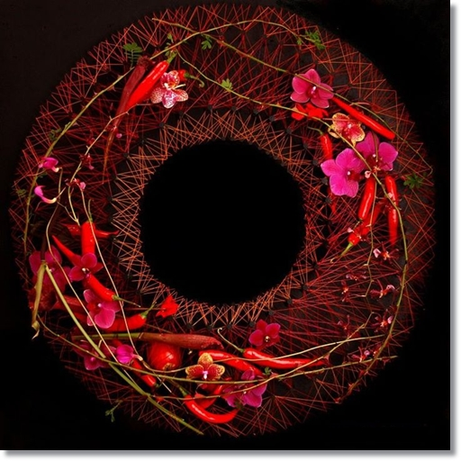 floral art, annorlunda begravningskrans, design begravningskrans, blommor chilifrukter, flowers chillies, annorlunda blomsterdesign