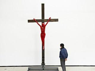 Hagens usa cadáver na criação de crucifixo