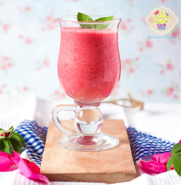 koktajl truskawkowy przepis, różany koktajl truskawkowy, koktajl truskawki róże, koktajl truskawkowy z różą