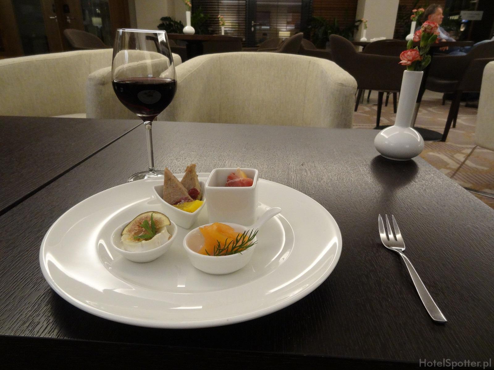 Salonik Executive Lounge w DoubleTree by Hilton Warsaw - jedzenie