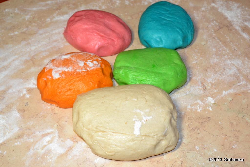 Przygotowane kolorowe części ciasta. Punkt 6.