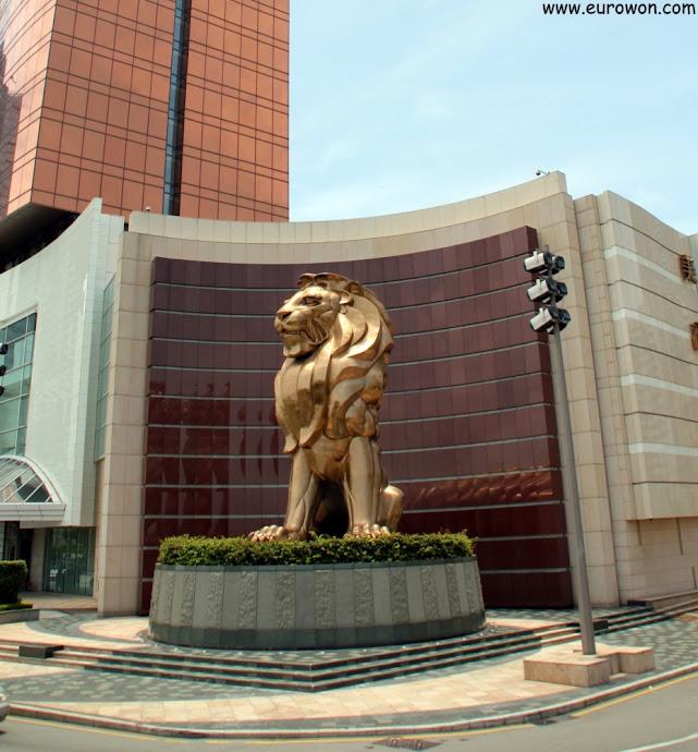 León dorado del edificio MGM de Macao