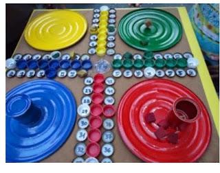 http://manualidadesparaninos.biz/juego-de-parchis-con-materiales-reciclables/