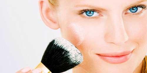 chica usando maquillaje mineral