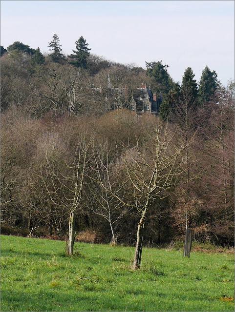 le Château du val à  Saint-Just vu du verger conservatoire