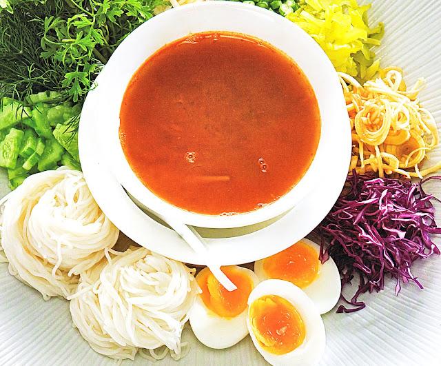 kha-nom jeen nam ya par (thai fresh rice noodles with thai fish curry sauce)
