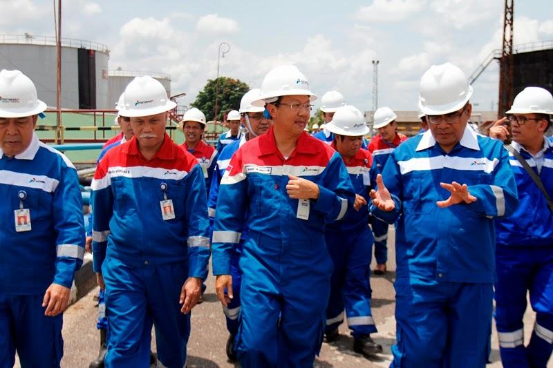 Amien Sunaryadi Kepala SKK Migas (kedua dari kanan) didampingi Satoto Agustono Development Director PT Pertamina EP meninjau fasilitas produksi PT Pertamina EP di Prabumulih Sumatera Selatan (09/04)