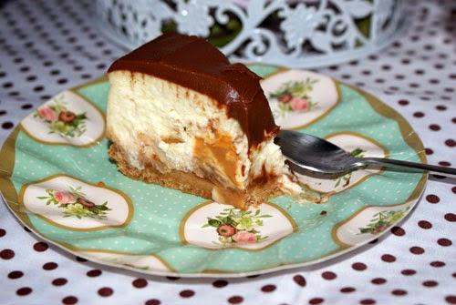 Trozo tarta de queso chocolate y dulce leche