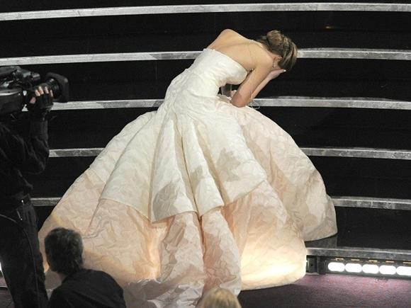 Jennifer Lawrence caindo no Oscar 2013