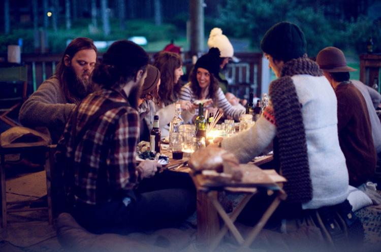 dia en el campo con los amigos cenando entre sacos
