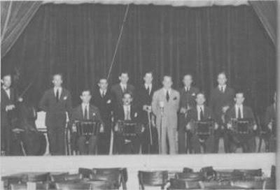 Julio De Caro con su orquesta en 1954; lo acompañan Francisco De Caro, Hugo Baralis, Marcos Madrigal, Arturo Penón, Cachito Presas, Carlos Marcucci.