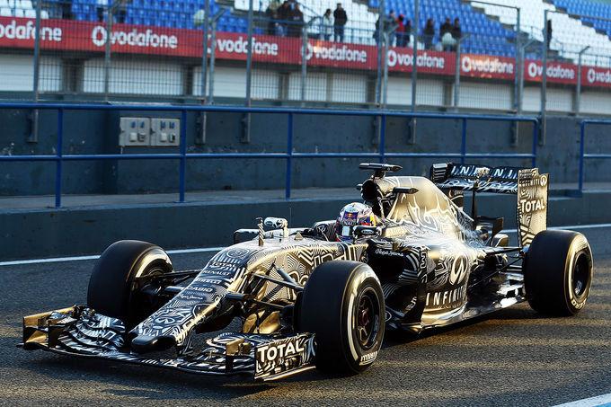 Red Bull surgiu assim em Jerez, com uma pintura camuflada em preto e