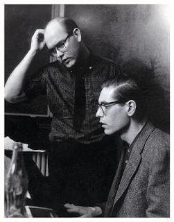 Photographie noir et blanc de Bill Evans et Jim Hall en plein travail