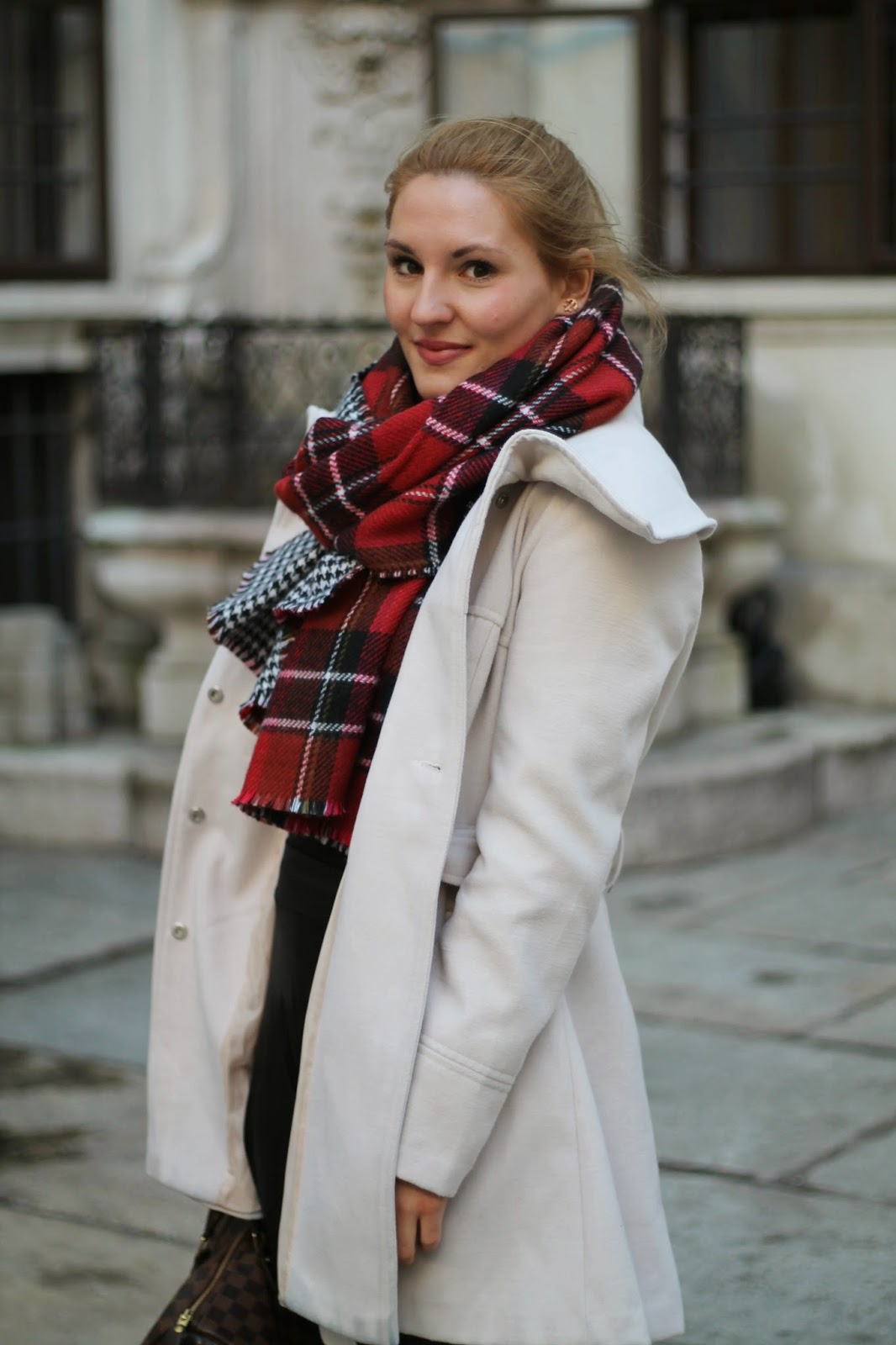 Fashionblogger Austria / Österreich / Deutsch / German / Kärnten / Carinthia / Klagenfurt / Köttmannsdorf / Winter Look / Classy / Edgy / Winter / WInter Style 2014 / Winter Look / Fashionista Look / Streetstyle Klagenfurt Vienna Wien Austria / /Winter Outfit / Primark Beige Coat Mantel Weiß / Zara Scarf Wendeschal Karo Hahnetritt/ Louis Vuitton Speedy Damier Ebene 35 / Chelsea Boots Black Schwarz Primark / Lederrock Leather Skirt Black Schwarz C&A Clockhouse /