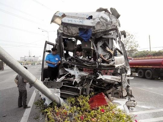 Tông xe tải, tài xế xe khách giường nằm Gia Lai tử vong