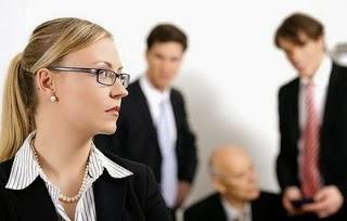 كيف ينظر الرجل إلى المرأة العاملة - امرأة مكتب عمل زملاء الشغل - working office woman work partners
