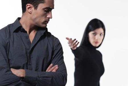 كيف تثيرين غيرة زوجك ليصبح أكثر اهتماما بك - امرأة تحب رجل - اهتمام - رجل يتجاهل امرأة - man ignoring woman - woman loves a man