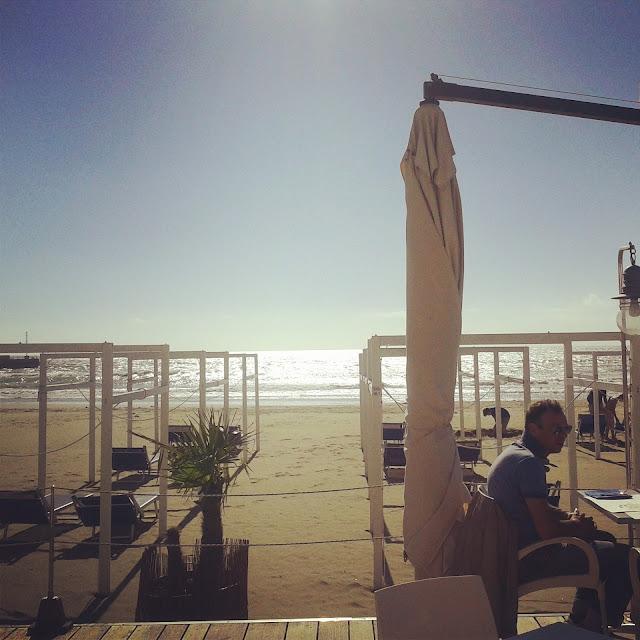 A view of the Skipper beach restaurant and the sea in Castiglione