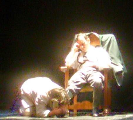 Carlos Morales y Julio Clemente Lourtau en un momento del reestreno de GUANTES DE PIEL HUMANA (2009), de Carlos Morales y Julio Clemente Lourtau; escrita y representada por primera vez en 1978, es la primera obra de teatro en Español de todas las escritas hasta la fecha en torno al Holocausto.