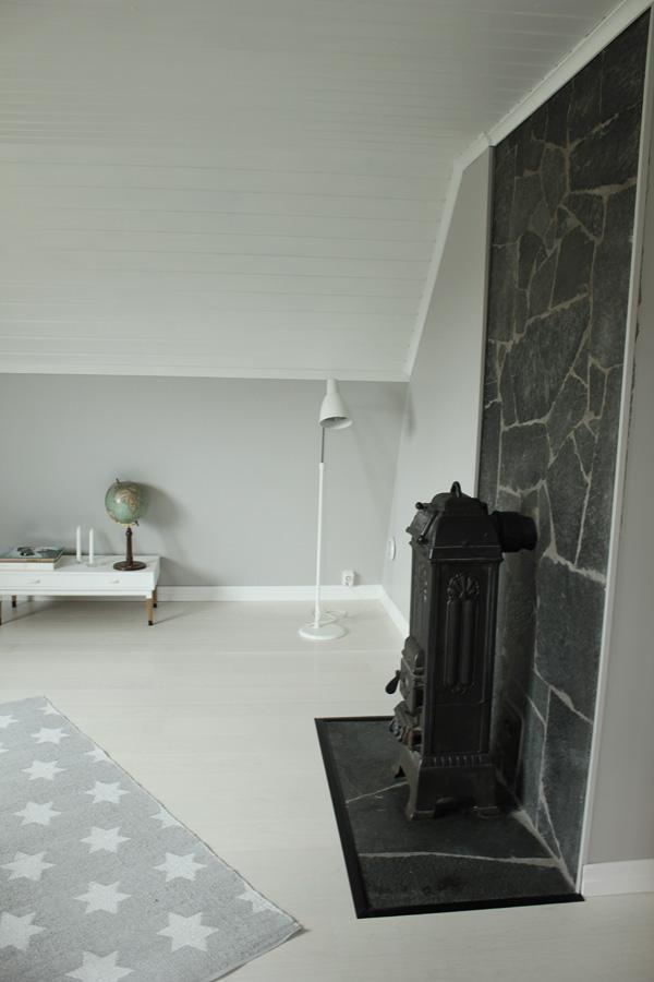 efterbilder på renoverat rum, bilder på ateljé, kamin i stort rum, plastmatta med stjärnor, kamin gjutjärn, sten vid kamin,