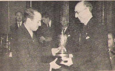 Arturo Pomar recibiendo el trofeo de Campeón de España 1957