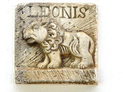 signo leo tallado en piedra