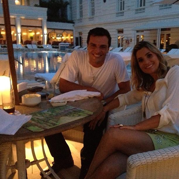 A atriz Flávia Alessandra postou uma foto ao lado do ator Rodrigo Lombardi.  Os atores estavam gravando cenas da novela