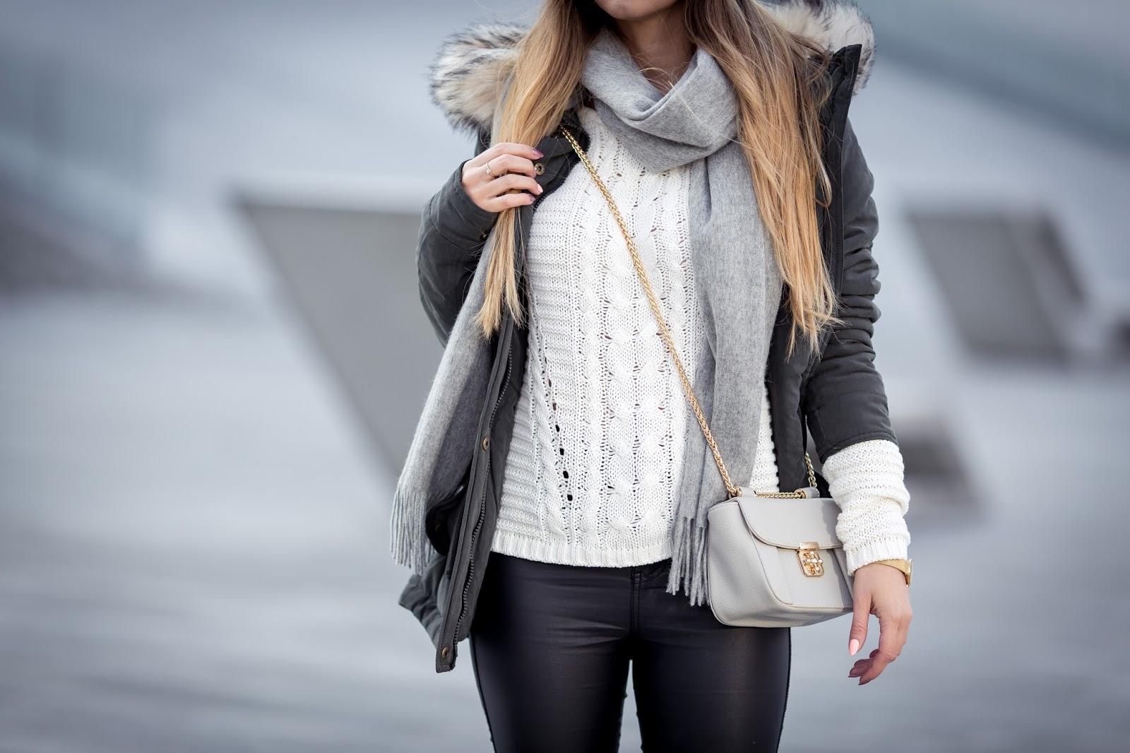 Kurtki i płaszcze damskie Top Secret idealne na każdą porę roku. Stylowe kurtki i płaszcze od lat cieszą się popularnością wśród kobiet dbających o swój wygląd. Każda z nas ma kilka płaszczy i kurtek w swojej garderobie – od wiosennych trenczy po ciepłe, otulające puchowe kurtki na zimę. W zależności od rodzaju sylwetki możemy wybrać długi płaszcz wysmuklający figurę, lub krótką kurtkę, która będzie .