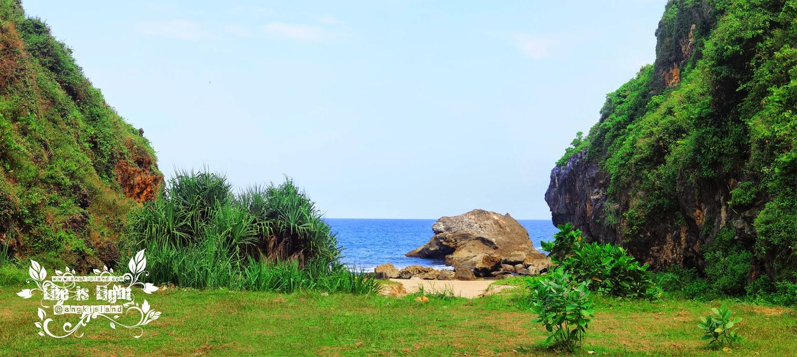 Pantai Wohkudu di antara dua bukit