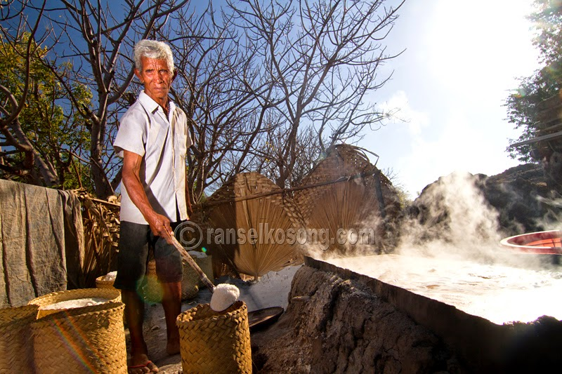 Pembuatan Garam Tradisional, Petani Garam, Salt Maker, Salt Making, Pembuatan Garam, Garam Tradisional, Traditional Salt Maker, Timor Leste, Dili, Bobonaro, Aimara, Aileu, Seloi Lake, Los Palos, Atambua, Cristo Rei, National Geographic Traveler, Tibar Beach, Fatucama, Timor Leste Image, Backpackers Hostel, Dili Backpackers, Cathedral of Dili, Best Place of Timor Leste, Timor Leste Photography, Dili Photo, Image of Dili, Timor leste Image, Foto Timor Leste, travel photographer, assignment for photographer, culture photo of indonesia, Indonesian Travel Photographer