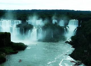 Salto Bossetti e Adão e Eva, em Puerto Iguazú.