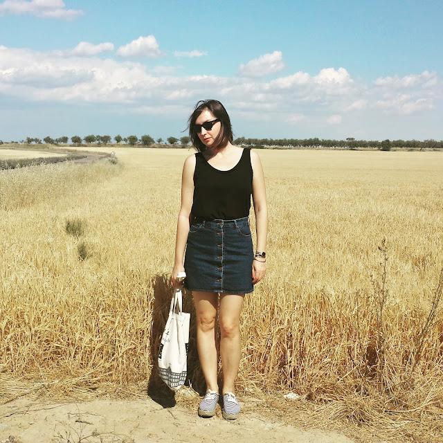 Un básico para este verano son las faldas abotonadas, ideales con unas espardeñas.