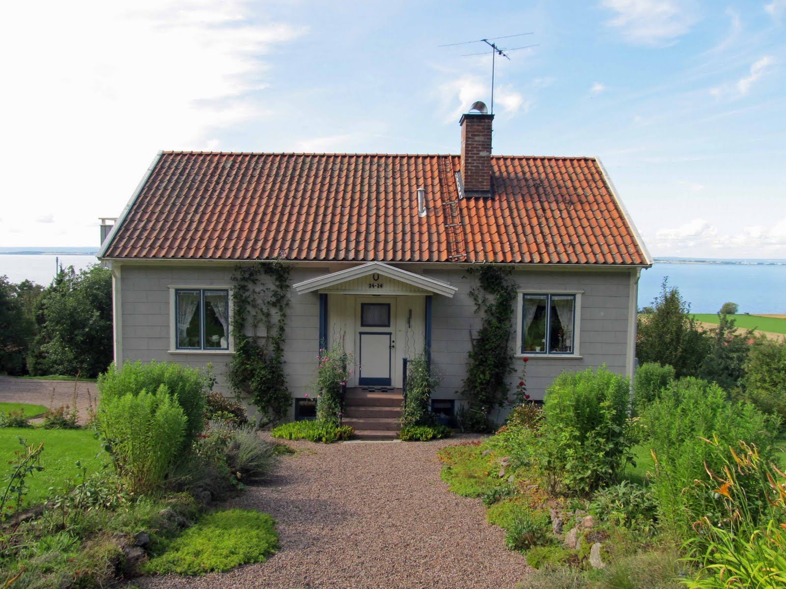 Summit musings gaily painted houses polkagris in sweden for Red cottage