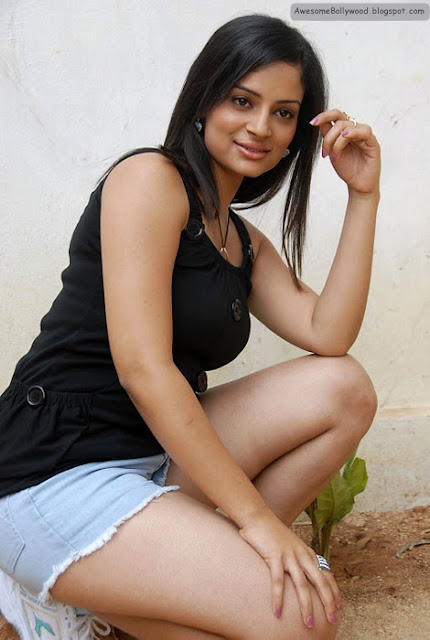 anuhya reddy hot pics in short jeans